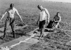 obóz spadochronowy Oleśnica, 1978, układanie spadochronu